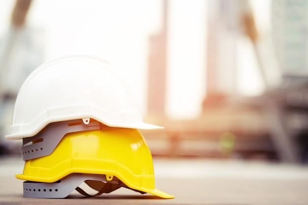Os engenheiros de construção discutem com os arquitetos no canteiro de obras ou canteiro de obras de edifícios altos