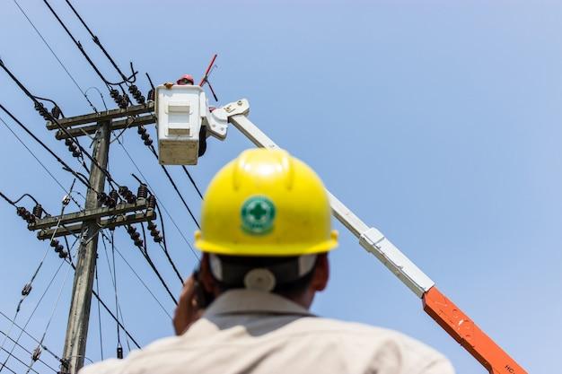 Os engenheiros elétricos estão controlando a manutenção elétrica.