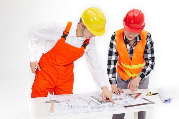 Os engenheiros estão olhando os desenhos.