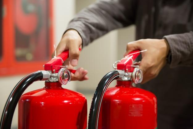 Os engenheiros estão verificando o identificador dos extintores de incêndio.