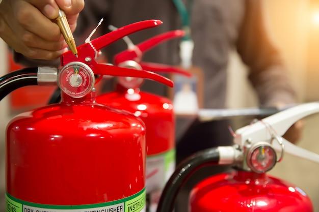 Os engenheiros estão verificando os extintores de incêndio.