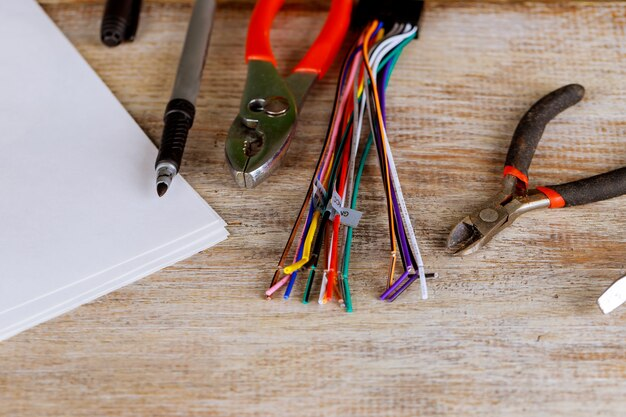 Os espadeladores da isolação ajustaram-se de pinças elétricas dos fios no conceito azul da eletricidade do fundo.