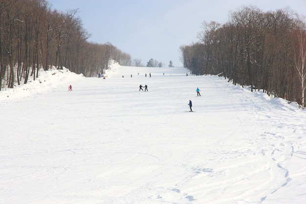 Os esquiadores vão no elevador na montanha no território de primorski na rússia