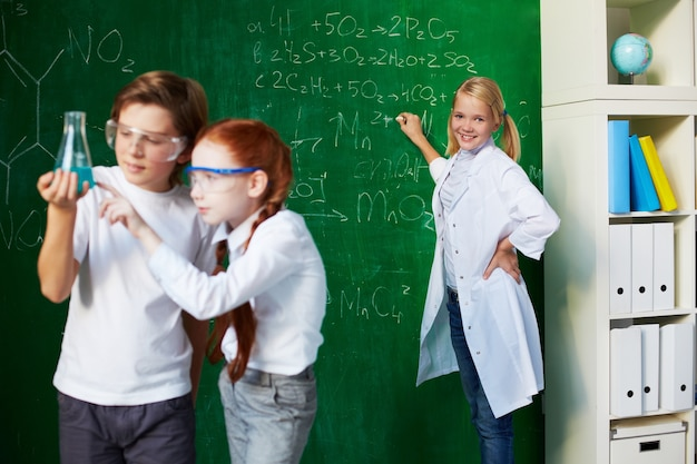 Os estudantes analisam a experiência com fundo professor