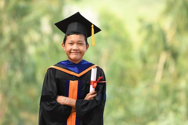 Os estudantes asiáticos usavam ternos pretos com babados, chapéus pretos e borlas amarelas no dia da formatura.