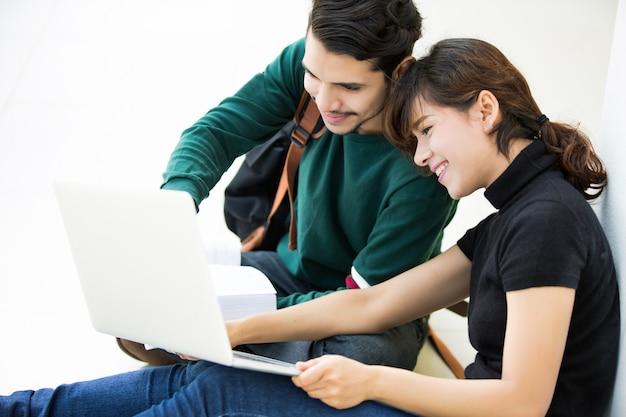 Os estudantes estão aprendendo brainstorming no computador. na universidade
