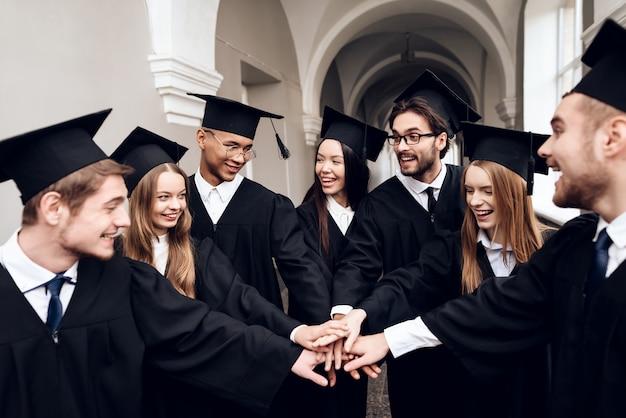 Os estudantes estão de pé no corredor da universidade.