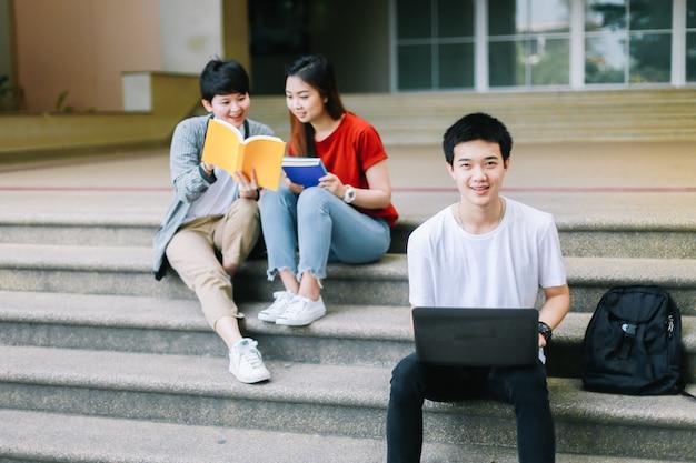 Os estudantes universitários ajudam a trabalhar juntos antes do final dos exames de verão.