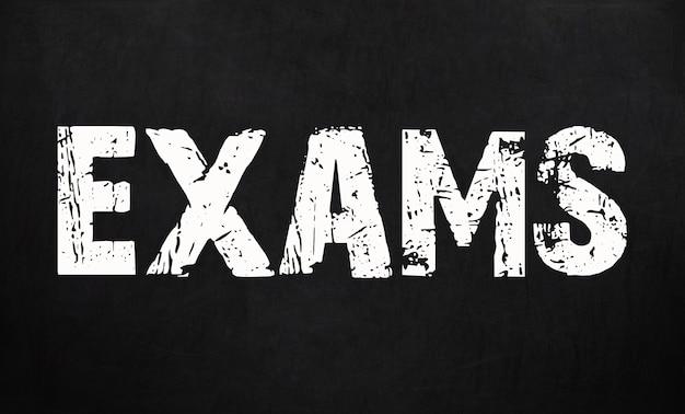 Os exames são escritos em um quadro-negro. quadro-negro.