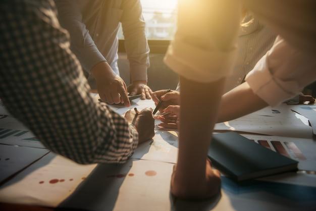 Os executivos da reunião agrupam o investimento incorporado da discussão e o conceito do investimento na sala de conferências.