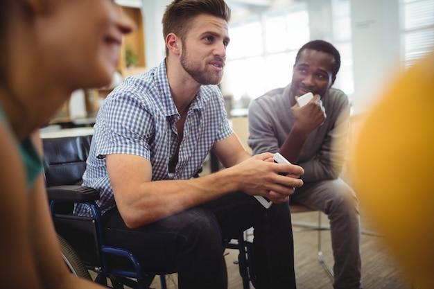 Os executivos de empresas que interagem uns com os outros