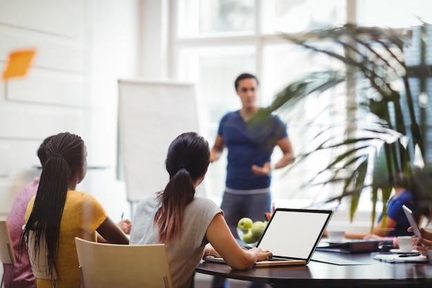 Os executivos de negócios usando laptop Foto gratuita
