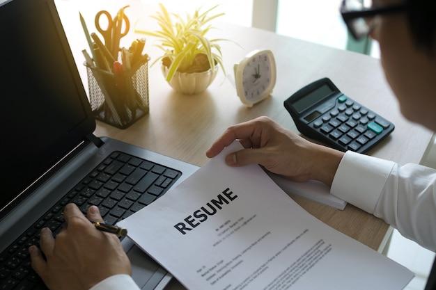 Os executivos estão visualizando a lista de aplicativos de trabalho. muitos candidatos submetidos. para recrutar novos funcionários.