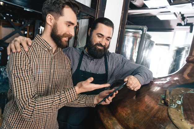 Os fabricantes de cerveja examinam a tecnologia da cervejaria dos padrões da cerveja.