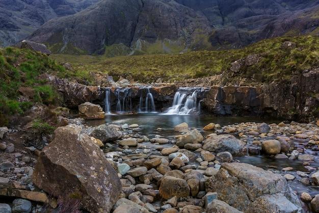 Os fairy pools em glen brittle na ilha de skye no verão, escócia