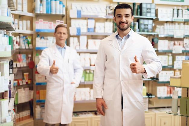 Os farmacêuticos masculinos estão na farmácia.