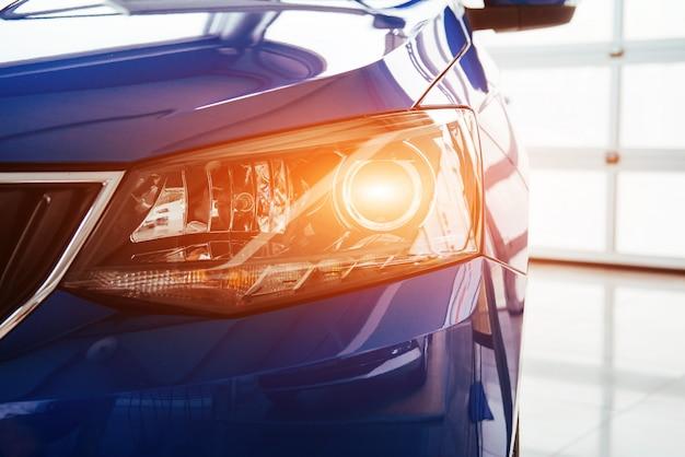 Os faróis e capô carro azul