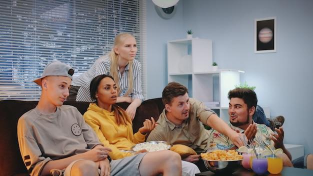 Os fãs de futebol estão decepcionados com o seu jogo de equipe esportiva assistido na tv