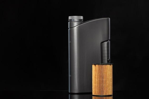 Os filtros de óleo do carro e o óleo de motor podem, close-up.