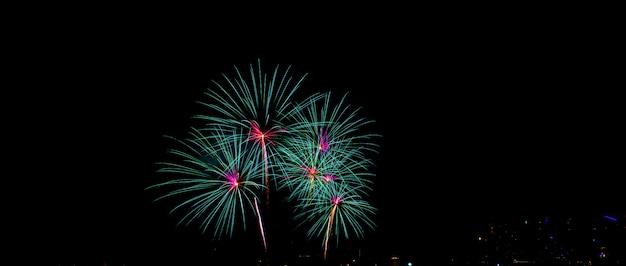 Os fogos-de-artifício coloridos bonitos indicam na praia do mar, no partido surpreendente dos fogos-de-artifício do feriado ou em todo o evento da celebração no céu escuro.