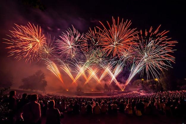 Os fogos de artifício com silhueta de auditório
