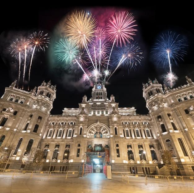 Os fogos-de-artifício da cena da noite do palácio de cibeles mostram a celebração, são a cidade salão de madrid.