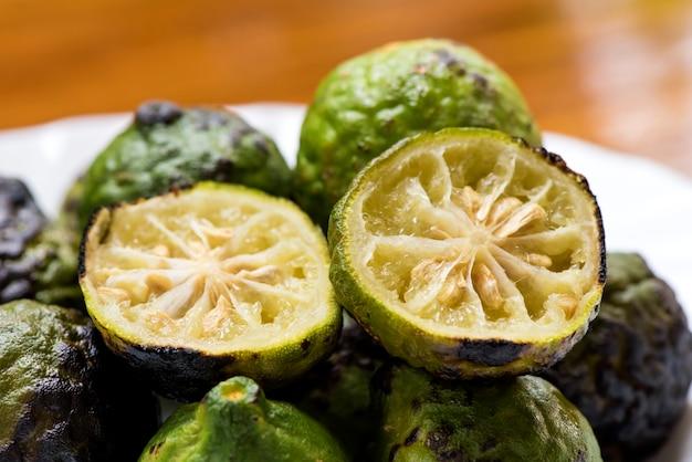Os frutos de lima kaffir ou lima sanguessuga grelham o fogo no fundo natural.