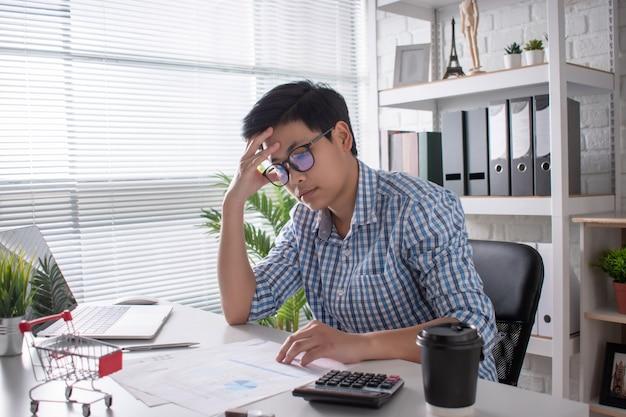 Os funcionários asiáticos precisam pensar e analisar sobre o trabalho. exausto e exausto devido ao estresse no trabalho
