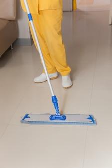 Os funcionários estão limpando pisos