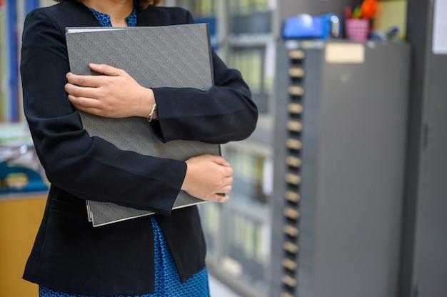 Os funcionários usam documentos pretos móveis no escritório