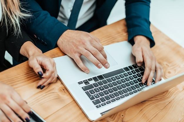 Os funcionários usam um laptop para visualizar as informações de que precisam