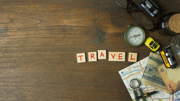 Os gadgets para viagens no topo plano colocar imagem