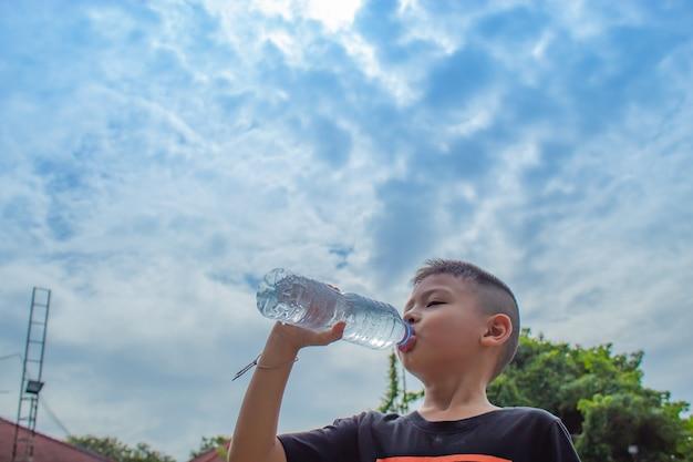 Os garotos estão bebendo água gelada.