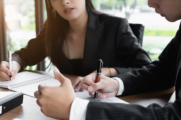 Os gestores de fundos consultam a equipe e discutem sobre a análise do mercado de ações de investimentos.