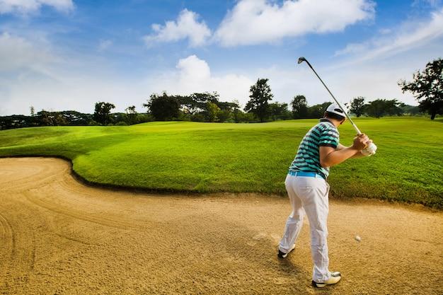 Os golfistas são atingidos bola nas quadras de areia