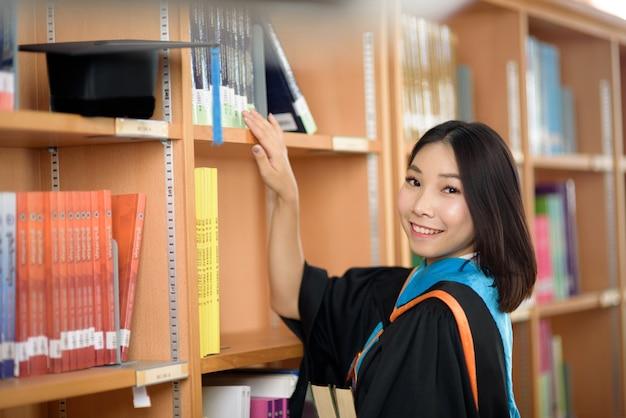 Os graduados comemoram o dia da formatura na biblioteca da universidade.