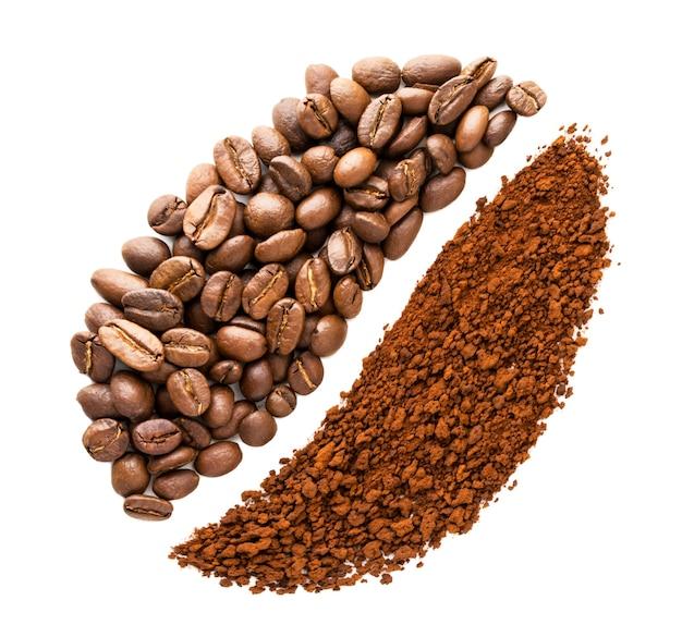 Os grãos de café e o café instantâneo são dispostos na forma de um grão em um fundo branco em close-up. a vista do topo