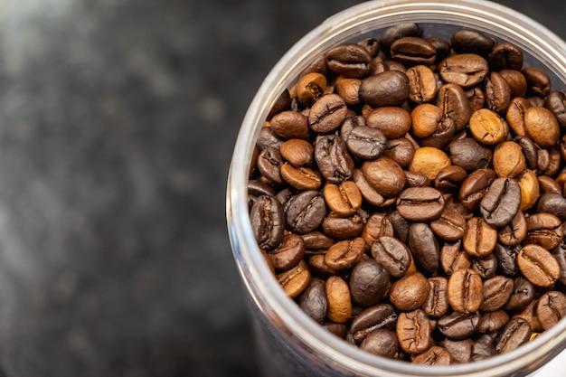 Os grãos de café em frasco de vidro