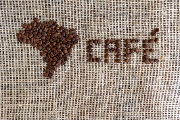 Os grãos de café formam o mapa do brasil e a palavra café em português.
