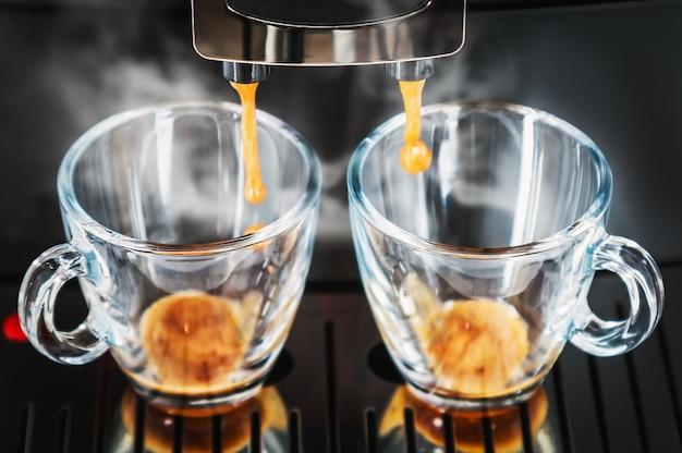 Os grãos de café são preparados na máquina de café