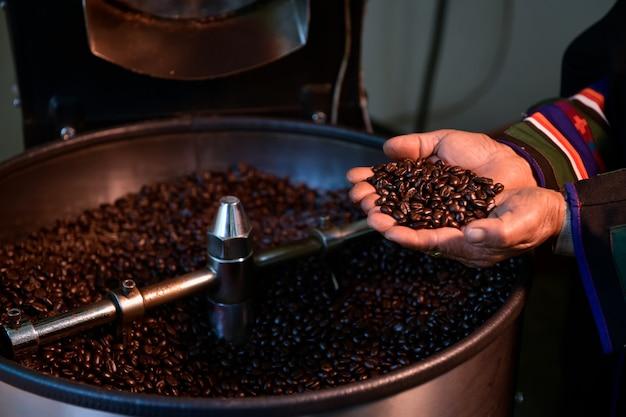 Os grãos de café torrados são acabados nas mãos dos agricultores.