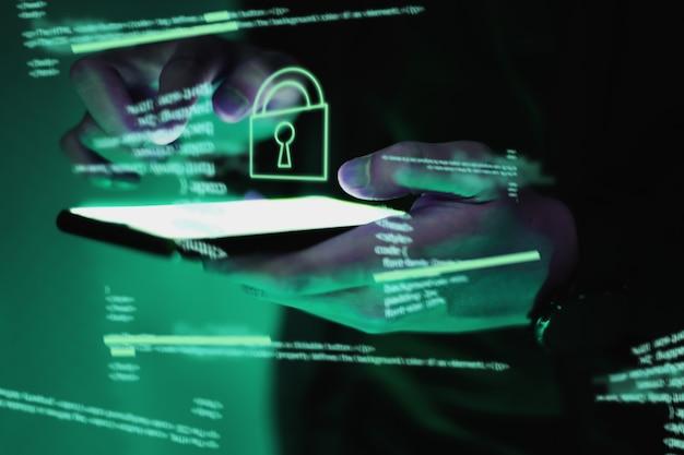 Os hackers estão roubando informações, a mão segura o smartphone.