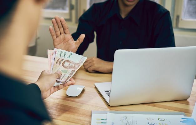 Os homens de negócios estão se recusando a receber o pagamento com benefícios que fazem com que ele funcione mais rápido do que outros