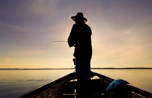 Os homens estão pescando no pântano.