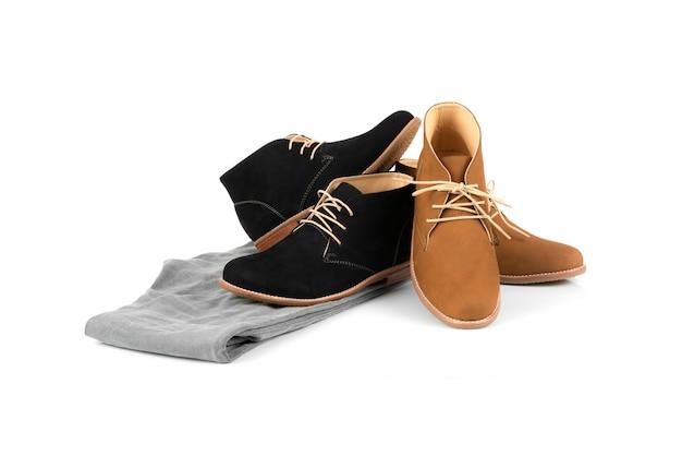 Os homens formam a bota de tornozelo isolada no branco.