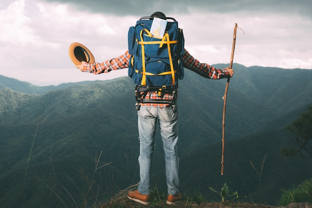 Os homens podem observar montanhas em florestas tropicais com mochilas na floresta. aventura, viajar, escalar.