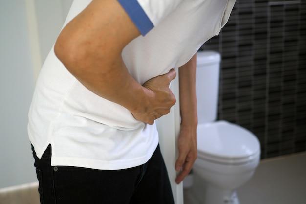 Os homens têm dor abdominal. quer cagar. conceito de diarréia