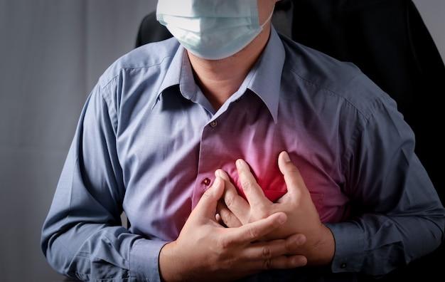 Os homens têm dores no peito causadas por doenças cardíacas, ataque cardíaco, vazamento cardíaco, doença coronariana.