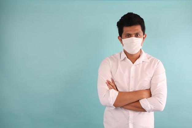 Os homens usam uma máscara para evitar germes.