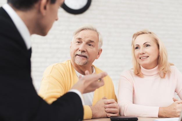Os idosos chegaram a uma consulta com um advogado.